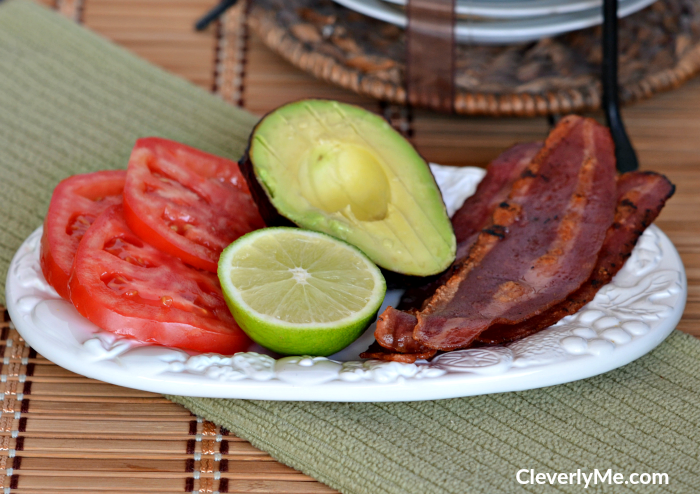 If you are looking for a super easy salad to prepare and delicious to enjoy try this Easy Turkey bacon, tomatoes, and avocado salad recipe, it is a great low-calorie option and pairs perfectly with any chicken, meat or fish entry. More at CleverlyMe.com